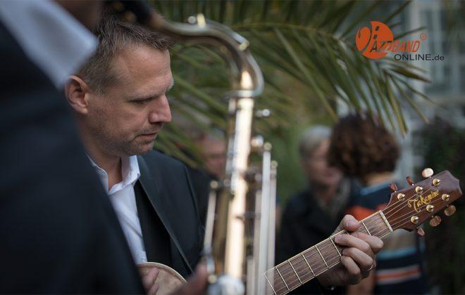 Jazz-Gitarrist-Garten-MA4_2442-1